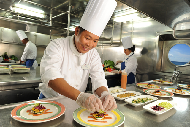 Anh Hùng rất phấn khởi khi nhà hàng trang bị nhiều thiết bị bếp công nghiệp hiện đại