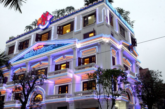 Nhà hàng Biển Đông với gam màu trắng sang trọng
