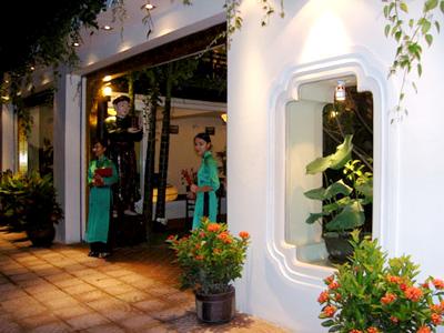Lối vào trang nhã của nhà hàng Sen Nam Thanh