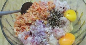 Trộn đều tôm với thịt xay và lòng đỏ trứng gà