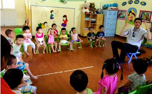 Các bé học Tiếng Anh với thầy giáo nước ngoài