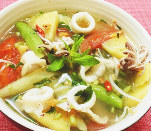Bát canh chua mực hấp dẫn thanh mát cho bữa cơm cả gia đình