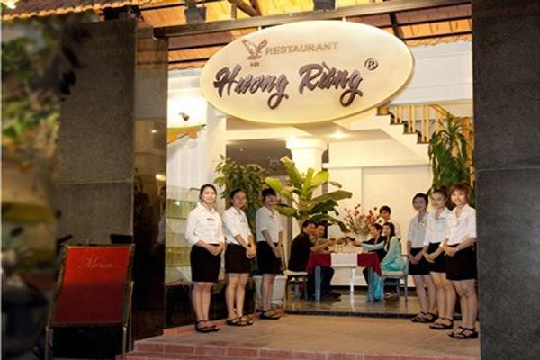 Phong cách phục vụ chuyên nghiệp của nhà hàng Hương Rừng